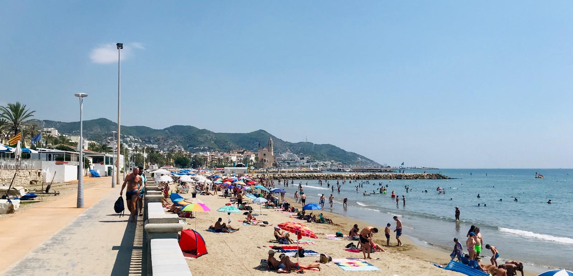 Playa de la Ribera, de fondo la Iglesia de Sant Bartomeu y Santa Tecla