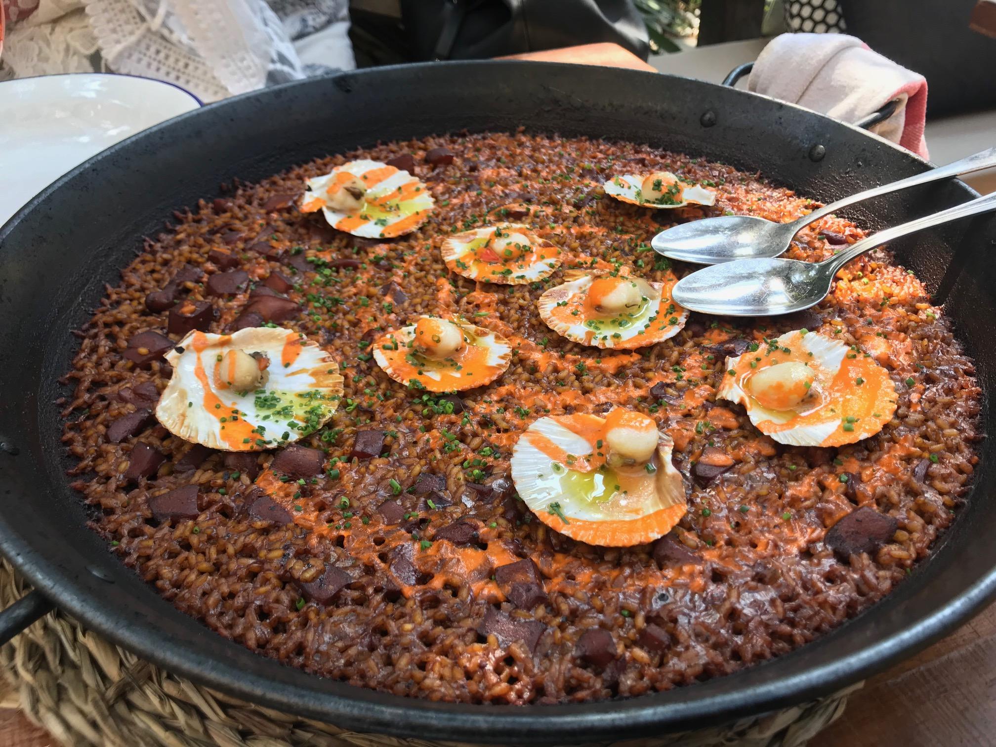 Delicioso arroz de calamar zamburiñas y salmorejo, en La Zorra, Sitges